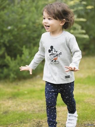 Come indossare: t-shirt manica lunga stampata grigia, leggings con stelle blu scuro, sneakers bianche