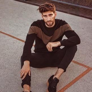 Come indossare e abbinare jeans aderenti neri: Scegli una t-shirt manica lunga stampata marrone scuro e jeans aderenti neri per un'atmosfera casual-cool. Lascia uscire il Riccardo Scamarcio che è in te e indossa un paio di sneakers basse in pelle scamosciata nere per dare un tocco di classe al tuo look.