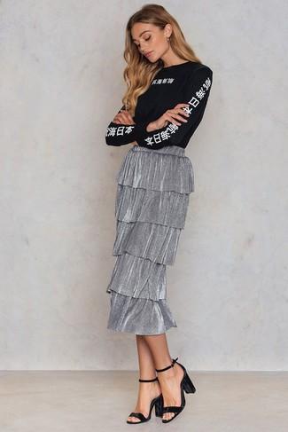 Come indossare: t-shirt manica lunga stampata nera e bianca, gonna longuette a pieghe argento, sandali con tacco di velluto neri