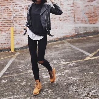 Come indossare e abbinare una t-shirt manica lunga nera: Potresti combinare una t-shirt manica lunga nera con jeans aderenti strappati neri per essere trendy e seducente. Stivali piatti stringati in pelle marrone chiaro sono una validissima scelta per completare il look.