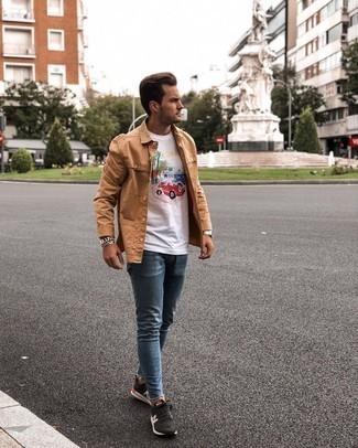 Trend da uomo 2021 in modo rilassato: Scegli una t-shirt girocollo stampata bianca e jeans aderenti blu per un look comfy-casual. Ispirati all'eleganza di Luca Argentero e completa il tuo look con un paio di scarpe sportive nere e bianche.