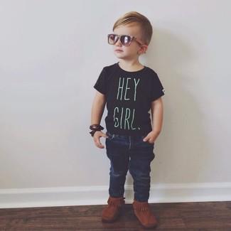 Come indossare: t-shirt nera, jeans blu scuro, stivali terracotta