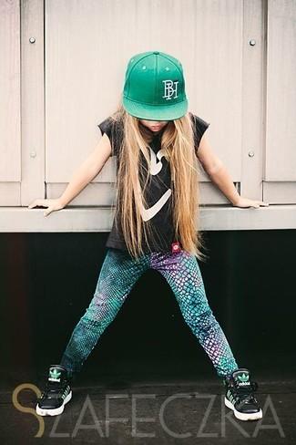 Come indossare e abbinare: t-shirt nera, leggings verdi, sneakers nere, berretto da baseball verde