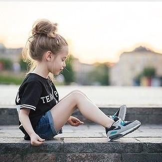 Come indossare: t-shirt nera, pantaloncini di jeans blu scuro, sneakers grigie