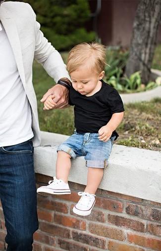 Come indossare: t-shirt nera, pantaloncini di jeans blu, sneakers bianche