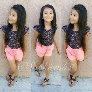 Come indossare: t-shirt nera, pantaloncini rosa, sandali neri
