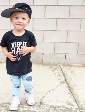 Come indossare e abbinare: t-shirt nera, pantaloni sportivi azzurri, sneakers bianche, berretto da baseball nero