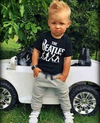 Come indossare: t-shirt nera, pantaloni sportivi grigi, sneakers bianche