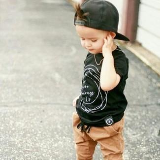 Come indossare e abbinare: t-shirt nera, pantaloni sportivi marrone chiaro, berretto da baseball nero