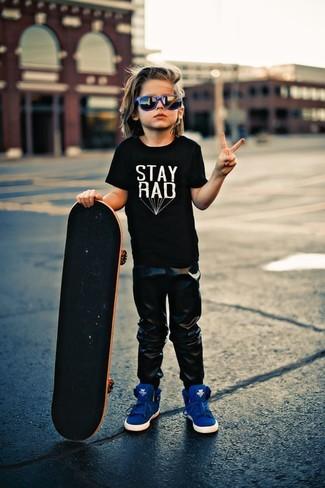 Come indossare e abbinare: t-shirt nera, pantaloni sportivi neri, sneakers blu