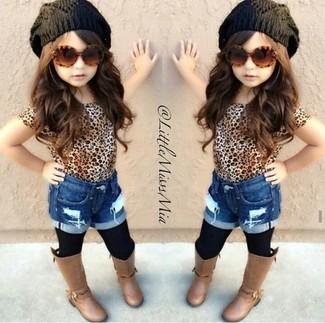 Come indossare: t-shirt leopardata marrone chiaro, pantaloncini di jeans blu, stivali marroni, cuffia nero