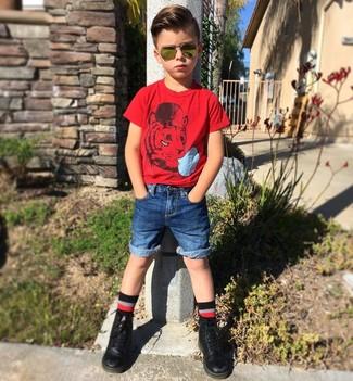 Come indossare: t-shirt rossa, pantaloncini di jeans blu, stivali neri, calzini neri