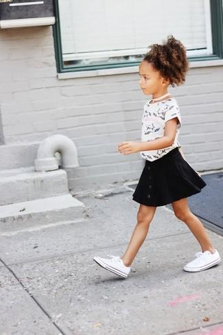 Come indossare: t-shirt stampata bianca e nera, gonna nera, sneakers bianche