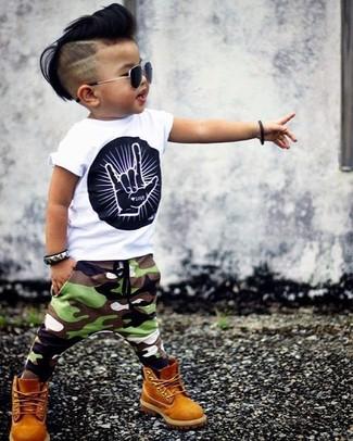Come indossare: t-shirt stampata bianca e nera, pantaloni sportivi mimetici verde oliva, stivali senapi