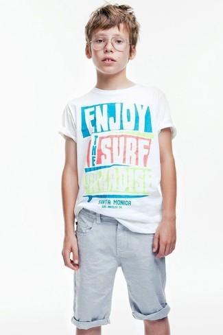 Come indossare: t-shirt stampata bianca, pantaloncini azzurri