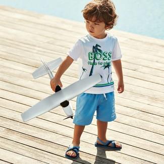 Come indossare: t-shirt stampata bianca, pantaloncini azzurri, sandali azzurri
