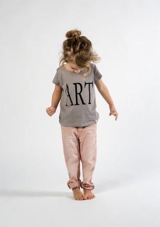 Come indossare: t-shirt stampata grigia, jeans rosa