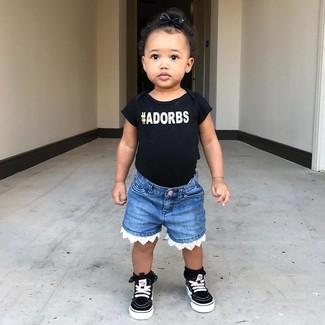 Come indossare: t-shirt stampata nera, pantaloncini di jeans blu, sneakers nere