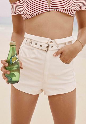 Come indossare: top bikini a righe orizzontali bianco e rosso, pantaloncini bianchi