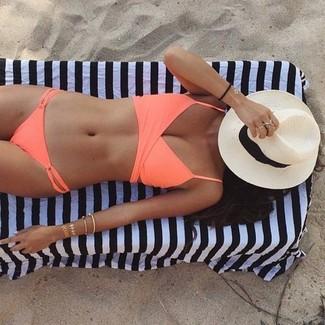 Come indossare e abbinare: top bikini arancione, slip bikini arancioni, borsalino di paglia bianco e nero
