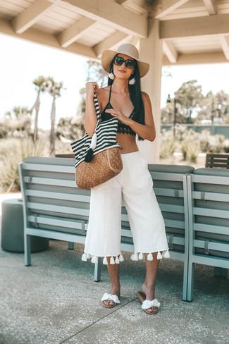 Come indossare: top bikini all'uncinetto nero, gonna pantalone di lino bianca, sandali piatti di tela bianchi, borsa shopping di tela a righe orizzontali bianca e nera