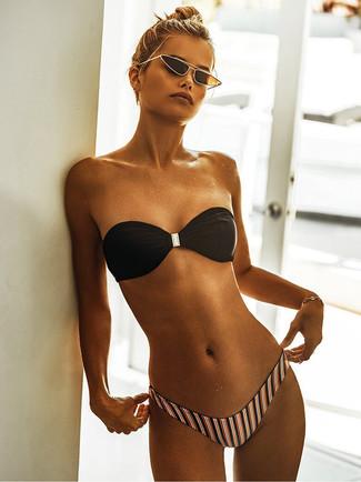Come indossare e abbinare: top bikini nero, slip bikini a righe verticali multicolori, occhiali da sole neri e dorati, bracciale dorato