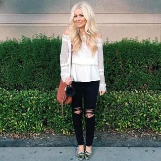 Come indossare: top con spalle scoperte di pizzo bianco, jeans aderenti strappati neri, mocassini eleganti in pelle argento, borsa a tracolla in pelle marrone