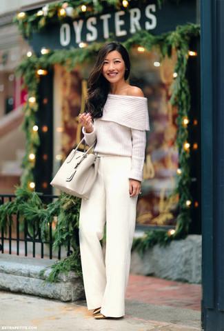 Come indossare: top con spalle scoperte lavorato a maglia bianco, pantaloni larghi bianchi, décolleté in pelle dorati, borsa shopping in pelle beige