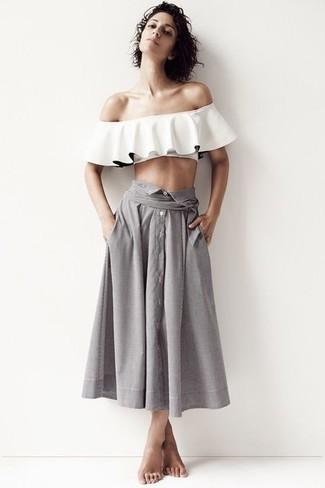 Come indossare: top con spalle scoperte con volant bianco, gonna longuette a pieghe grigia