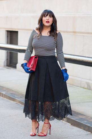 Come indossare e abbinare: top con spalle scoperte a righe orizzontali bianco e nero, gonna a ruota di pizzo nera, sandali con tacco in pelle rossi, pochette in pelle rossa