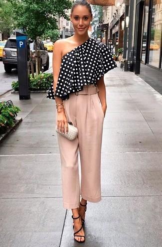 56e61a935b3c Come indossare: top con spalle scoperte a pois nero e bianco, gonna  pantalone rosa