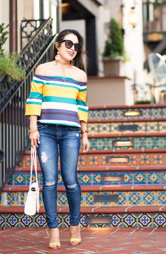Come indossare: top con spalle scoperte a righe orizzontali multicolore, jeans aderenti strappati blu, sandali con tacco in pelle gialli, borsa a tracolla in pelle bianca