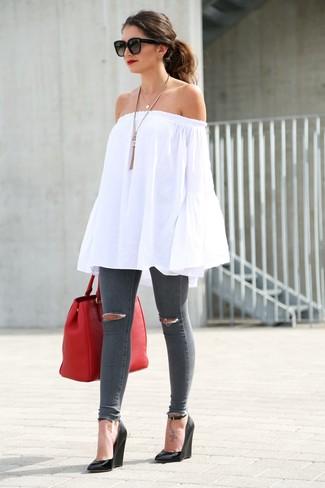 Come indossare: top con spalle scoperte bianco, jeans aderenti strappati grigio scuro, sandali con zeppa in pelle neri, borsa shopping in pelle rossa