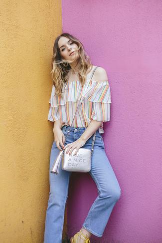 Come indossare: top con spalle scoperte a righe verticali multicolore, jeans azzurri, sandali gladiatore in pelle bianchi, borsa a tracolla in pelle argento