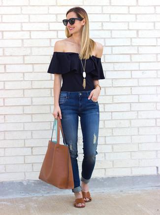 Come indossare e abbinare: top con spalle scoperte con volant nero, jeans strappati blu, sandali piatti in pelle marroni, borsa shopping in pelle marrone
