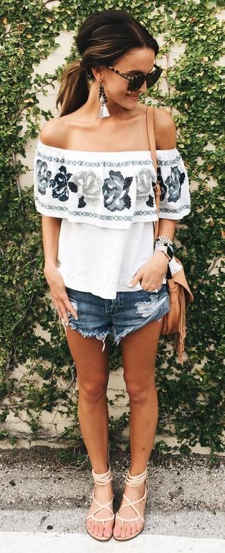 Come indossare e abbinare: top con spalle scoperte a fiori bianco, pantaloncini di jeans blu scuro, sandali gladiatore in pelle beige, borsa a tracolla in pelle marrone chiaro