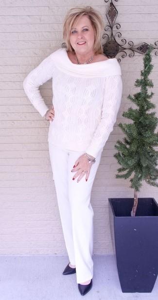 Come indossare e abbinare un gioiello per una donna di 50 anni: Opta per il comfort in un top con spalle scoperte lavorato a maglia bianco e un gioiello. Perfeziona questo look con un paio di décolleté in pelle neri.