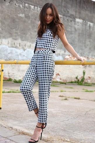 Top corto bianco e nero pantaloni al polpaccio bianchi e neri sandali con tacco neri large 2382