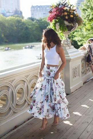 Come indossare e abbinare un top corto bianco: Prova a combinare un top corto bianco con una gonna lunga a fiori bianca per un outfit inaspettato. Rifinisci questo look con un paio di sandali con tacco in pelle beige.
