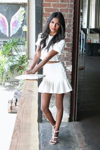 Come indossare e abbinare una pochette in pelle bianca: Abbina un top corto bianco con una pochette in pelle bianca per un look comfy-casual. Perfeziona questo look con un paio di sandali con tacco in pelle bianchi.
