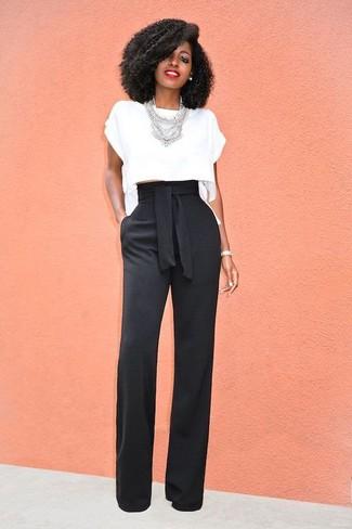 Come indossare: top corto bianco, pantaloni larghi neri, collana argento