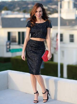 Come indossare: top corto con paillettes nero, gonna a tubino con paillettes nera, sandali con tacco in pelle neri, pochette in pelle rossa