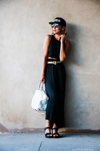 Come indossare: top corto nero, gonna lunga nera, sandali con zeppa in pelle neri, borsa shopping in pelle bianca