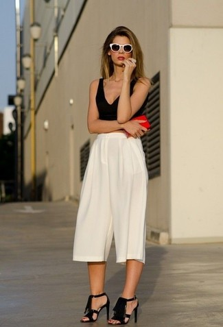 c54849c99794 ... Look alla moda per donna: Top corto nero, Gonna pantalone bianca,  Sandali con