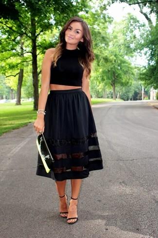 Come indossare: top corto nero, gonna a ruota nera, sandali con tacco in pelle neri, pochette in pelle nera e bianca