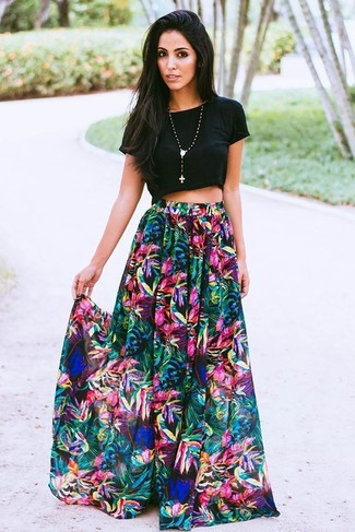Come indossare: top corto nero, gonna lunga a fiori multicolore, collana con ciondolo con perline nera