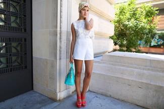 Come indossare e abbinare: top corto all'uncinetto bianco, pantaloncini bianchi, sandali con tacco in pelle fucsia, borsa shopping in pelle acqua