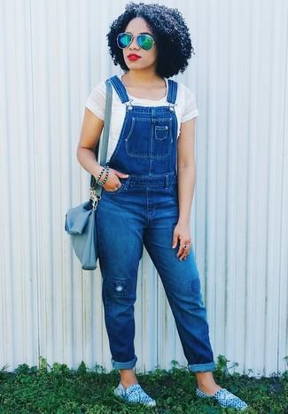 Come indossare: top corto bianco, salopette di jeans blu, espadrillas blu, borsa a tracolla in pelle blu