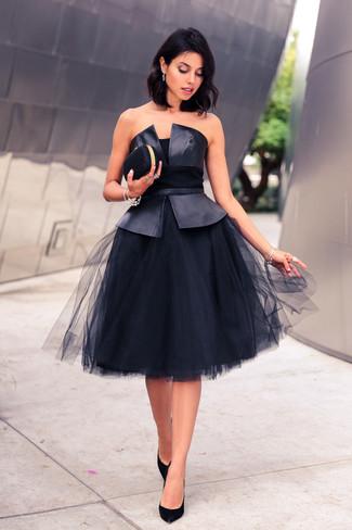 Come indossare: top peplo in pelle nero, gonna a ruota in rete nera, décolleté in pelle scamosciata neri, pochette nera