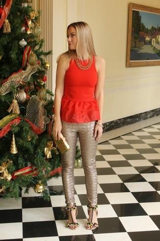Come indossare: top peplo rosso, pantaloni skinny con paillettes dorati, sandali con tacco in pelle decorati neri, pochette in pelle dorata
